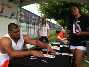 Roberto Garza signing autographs for the Bears fans at Training Camp. Photo: Omar Ureña (Gráfico Sports)