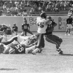 Gerardo Orellana tacklea al RB de Adams State College en Alamosa, Colorado, Pretemporada 1990